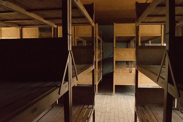 staré patrové postele
