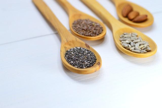 semena, dřevěné lžíce